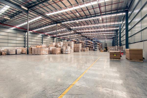 Pulizia di un magazzino con spazzatrice industriale Tenax International